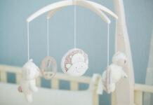 co najlepiej zawiesić nad łóżeczkiem niemowlaka?